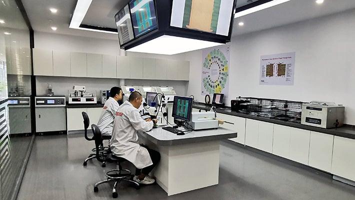 Andy Dai  ja Star Ye, Lab Assistant Engineers, jotka työskentelevät NCAB Groupin laboratoriossa Kiinassa.