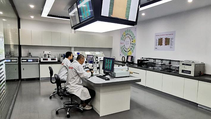 Andy Dai et Star Ye, Lab Assistant Engineers, travaillant dans le laboratoire mondial de NCAB Group en Chine.