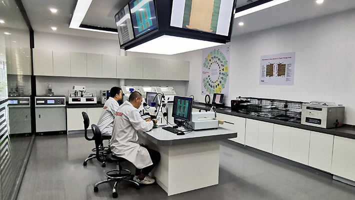 Andy Dai i Star Ye, Lab Assistant Engineers, pracujący w laboratorium NCAB Group w naszym biurze w Chinach.